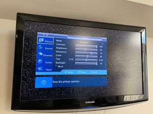 """Samsung 40"""" TV and swing arm for Sale in Snohomish, WA"""