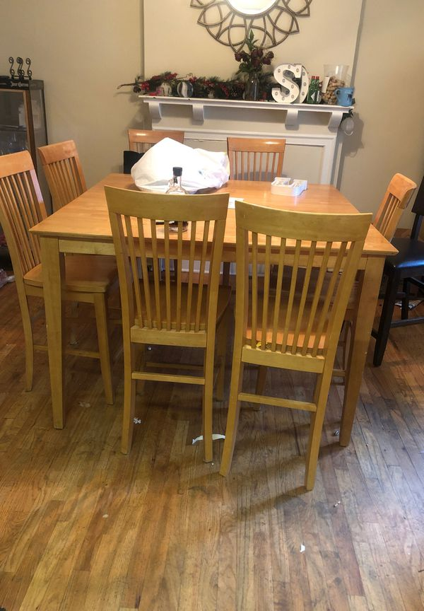 Table w 8 Chairs