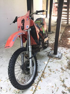 Cr500 1985 Dirtbike nothings wrong with it it runs and starts up I don't have no pink slip It's a two-stroke no I Ballers if you have cash and money for Sale in Piedmont, CA