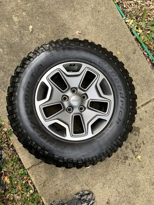 Jeep Rubicon tire and Wheel. 255/75R17 for Sale in Grayslake, IL
