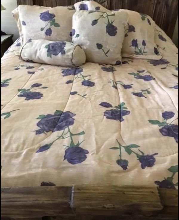 6 pcs beautiful Queen/Full size Comforter 2 shams, 2 extra throw on pillows and bed skirt