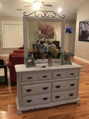 Dresser with mirror for Sale in Greer, SC