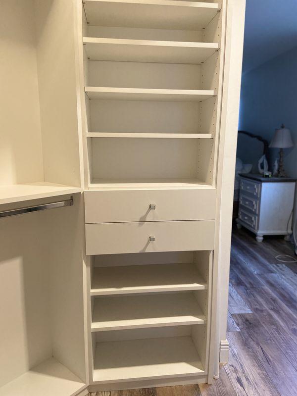 Curved closet and chest of drawers with shelves./ Armario curvo y cómoda con estantes.