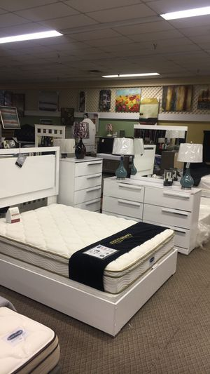 Like New Bedroom set ! *Bed and Dresser with Mirror Only* for Sale in University Park, IL
