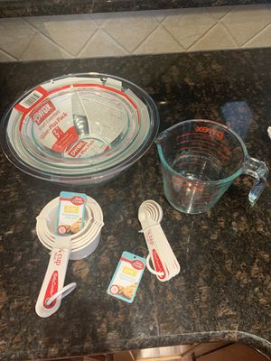 3 pack Pyrex Bowls, Pyrex Measuring Cup, Betty Crocker Measuring spoons for Sale in Langhorne, PA