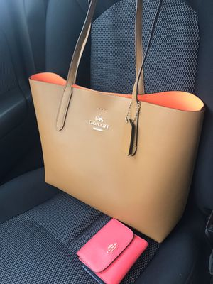 COACH LEATHER TOTE WOMEN BAG for Sale in Hialeah, FL