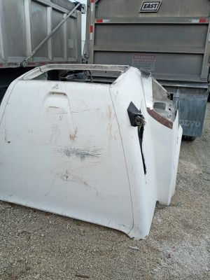 Hood for Volvo truck 2006 and some parts for Sale in Hialeah, FL