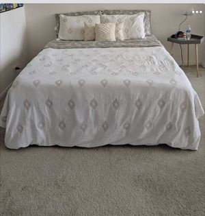 Queen size memory foam mattress and bed for Sale in Chicago, IL