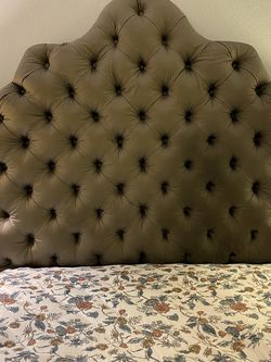 Tufted Scalloped Headboard for Sale in Pasadena,  CA