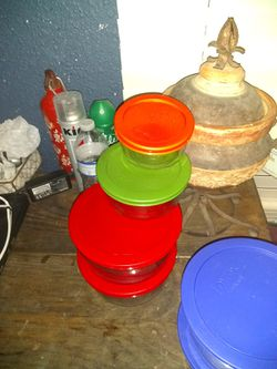 Four sets of round Pyrex bowls with rubber lids air seal tight four cups two cups and one cup in each bowl total of 12 four of each for Sale in San Antonio,  TX