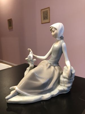 LLADRO Limited Edition- Young Girl With A Dove Figurine Made In Spain for Sale in FSTRVL TRVOSE, PA
