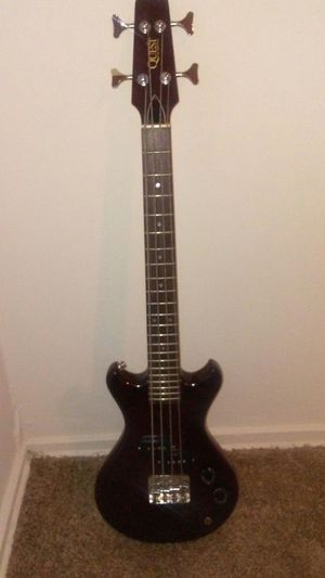 Bass guitar for Sale in Oxon Hill-Glassmanor, MD