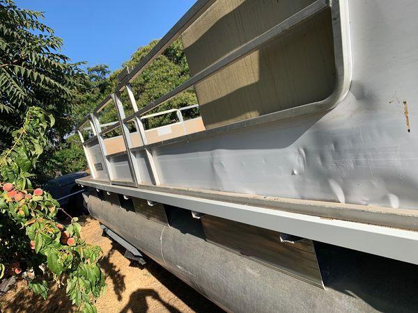 Pontoon boat 80 hp Mercury outdrive