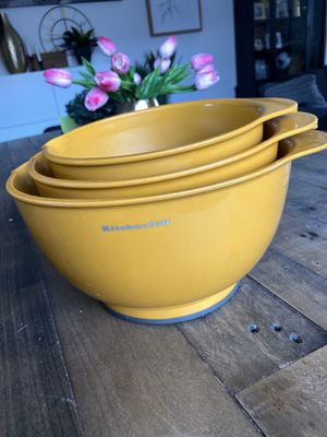 Kitchen Aid nesting mixing bowls orange for Sale in Puyallup, WA