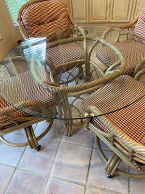 Glass kitchen table and chairs for Sale in Coral Springs, FL