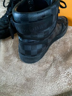 LOUIS VUITTON MEN RIVOLI SNEAKER with box for Sale in Fort Worth, TX