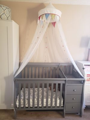 Crib 5 in 1 convertible crib with changing table and drawers for Sale in Anaheim, CA