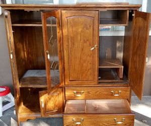 Oak wood entertainment center GOOD CONDITION for Sale in Lewis McChord, WA