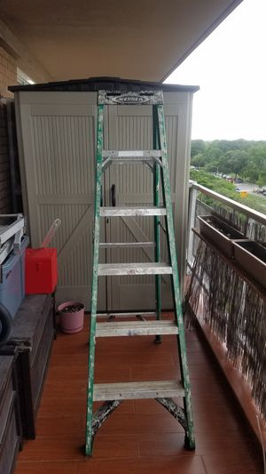 Stap ladder 6'. In good shape, strong. Fiberglass 6 feet. for Sale in Brooklyn, NY
