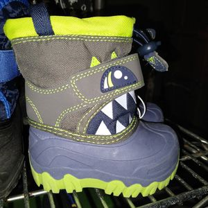 NEW SIZE 4 TODDLER SNOW BOOTS for Sale in Santa Ana, CA