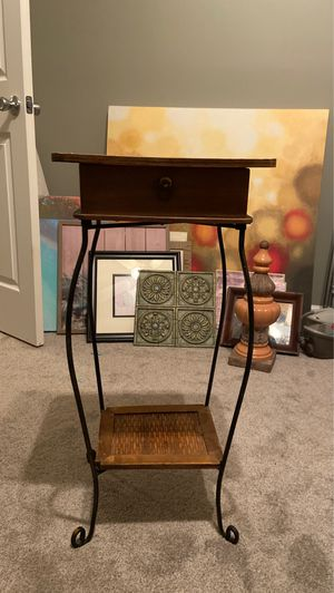 Small table/ plant stand for Sale in Franklin, TN