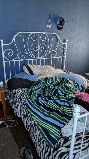Queen sized bedframe for Sale in Rahway, NJ