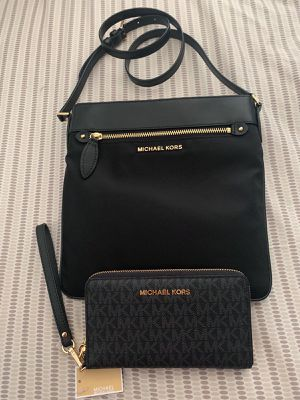 Authentic Michael Kors crossbody bag with wallet.. beautiful set. $150!obo. Asap.. Pick up in Van Nuys for Sale in Los Angeles, CA