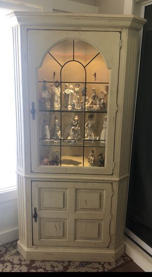 Broyhill corner curio cabinet-REDUCED for Sale in Naples, FL