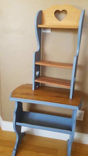 Used shelf and small table for Sale in Las Vegas, NV