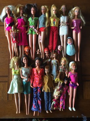 BARBIES. (21 dolls & 3 Kens), w/ Clothes, Exercise Eqpt, Pool Blowups & Furniture, lots of accessories! for Sale in Vacaville, CA