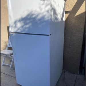 Free Fridge Has A Gas Leak Only for Sale in Bell, CA