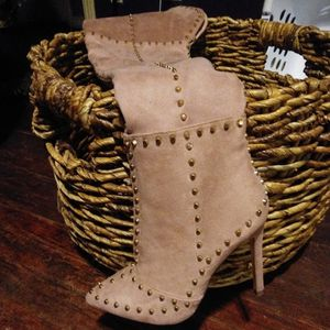 Thigh Boots Champagne Color W/ Gold Studs Size 6 for Sale in Oklahoma City, OK