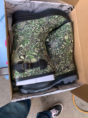 Sakroots rain boots size 8 for Sale in Long Beach, CA