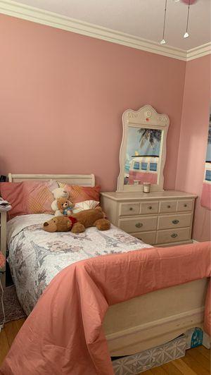 Twin Bedroom Set (5 piece plus mattress) for Sale in Anaheim, CA