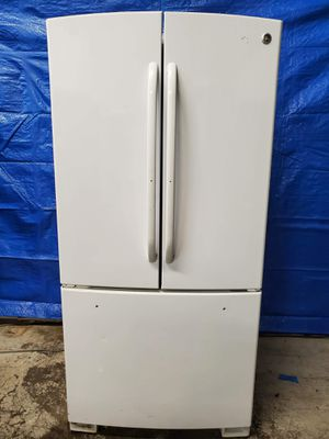 33wide GE white fridge good working conditions $149 *missing bottom handle but fridge and freezer working good for Sale in Denver, CO