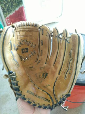 $30.00 Easton Competitor Series baseball/softball right hand throw 12 1/2 model Ex1253 for Sale in Boca Raton, FL