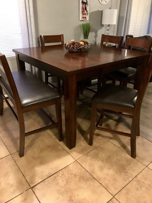 BEAUTIFUL TABLE 4 LEATHER CHAIRS AND BENCH NO SCRATCHES for Sale in Chandler, AZ