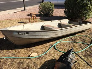 12ft aluminum fishing boat, comes with 2 seats and a trolling motor, need gone. for Sale in Mesa, AZ