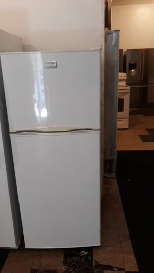"""FRIGIDAIRE TOP AND BOTTOM REFRIGERATOR EXCELLENT CONDITION 24"""" 4 MONTHS WARRANTY for Sale in Halethorpe, MD"""