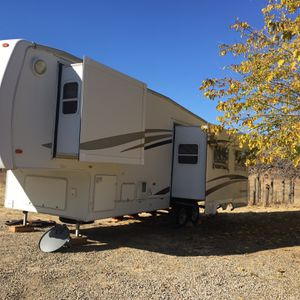 2005 5th Wheel With 2 Slide Outs for Sale in Squaw Valley, CA