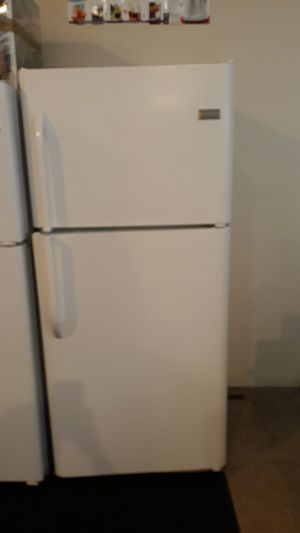 Frigidaire top and bottom refrigerator excellent condition 4months warranty for Sale in Halethorpe, MD