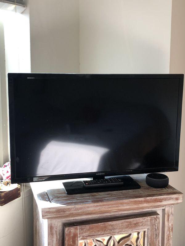 """32"""" Insignia TV & remote control"""