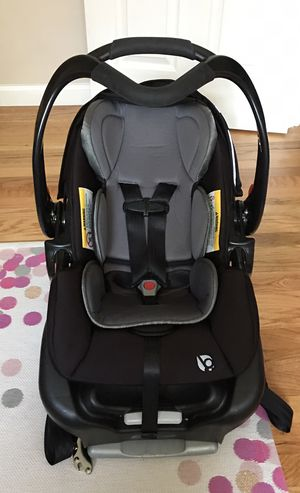 Graco car seat and base (newborn to 35lbs) for Sale in Portland, OR