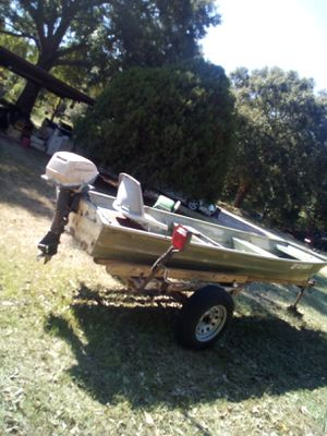 Nice aluminum fishing boat have the tittl 14 foot has 3 seats has a live well in it holds up to 4 people s iserious buyers plz calle at . for Sale in Baytown, TX