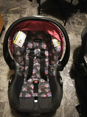 Infant car seat with base for Sale in Christiansburg, VA
