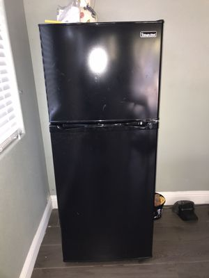 Magic chef 10.1 cu. ft. Top Freezer Refrigerator in Black for Sale in Stockton, CA