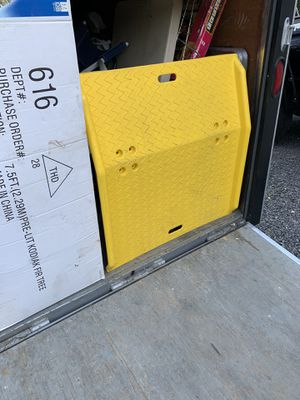 EAGLE Plastic Shipping Ramp,35 Yellow for Sale in Shamokin, PA