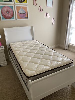 Single bed with mattress and box springs for Sale in Pearland, TX