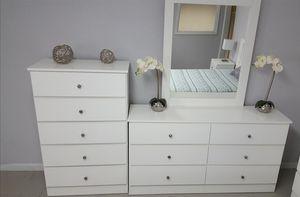 Comoda con espejo y gavetero... Dresser with mirror and chest for Sale in Miami, FL