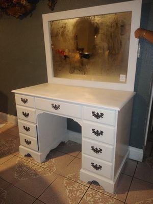 Desk whit mirror. for Sale in Modesto, CA